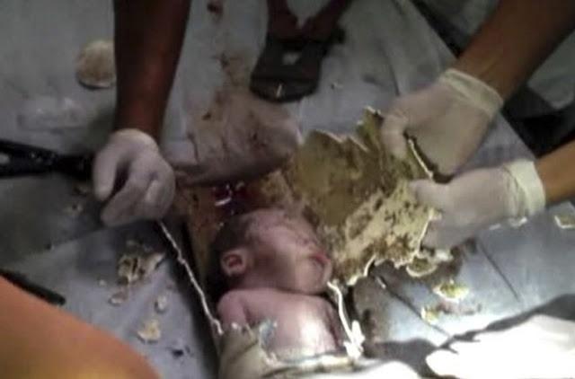 Dramático rescate de un bebé arrojado a un inodoro