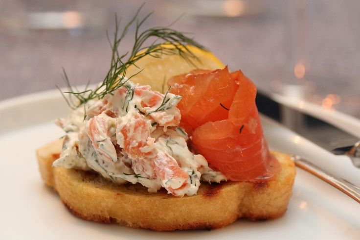 Crostini with dill cream and smoked salmon