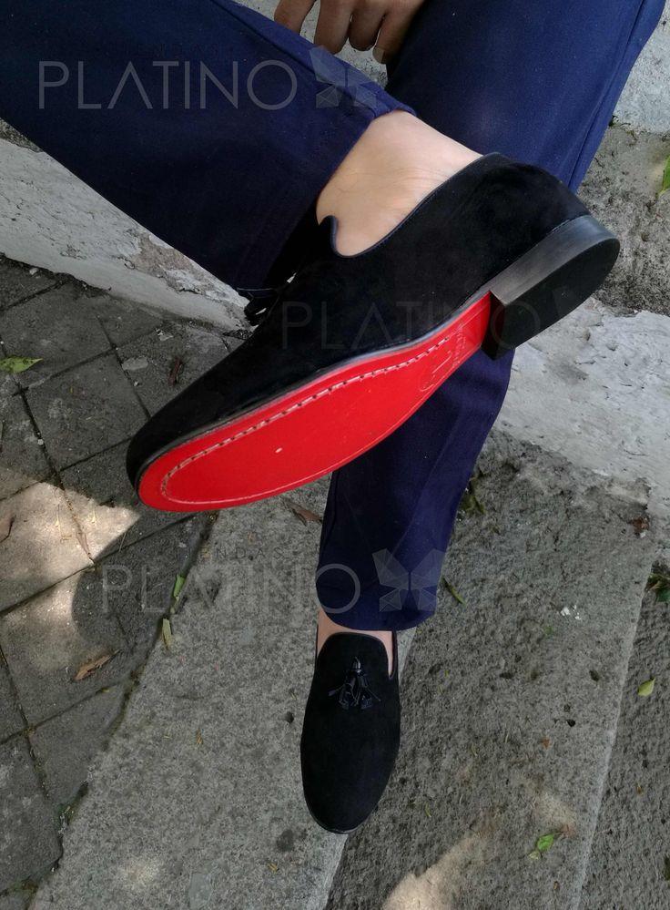 Loafer con mota en piel de durazno negra con suela de cuero roja, diseño exclusivo hecho en México para Tiendas Platino de la marca Moon & Rain