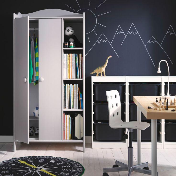 Barnerom med TROGEN garderobe i grått og TROFAST bokser i svart alt fra IKEA