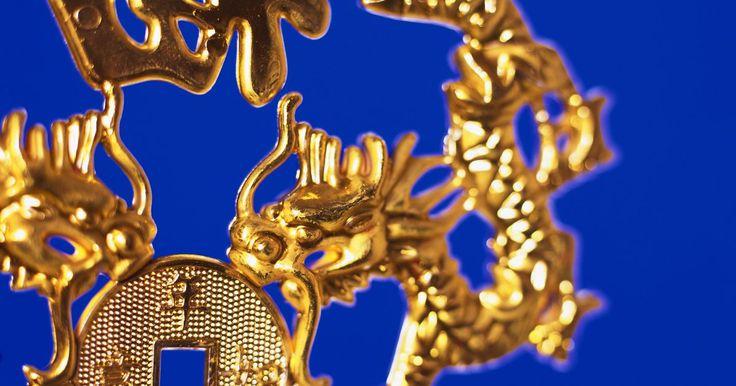 Cómo saber si es oro chapado u oro sólido . El oro es un metal precioso de un color cálido y brillante. Es un componente popular de todo tipo de joyería. Algunas joyas, sin embargo, puede que estén chapadas y no ser de oro sólido. El chapado consiste en un metal distinto cubierto con una capa de oro. Existen maneras de saber si tus joyas son de oro sólido o chapadas, pues las de oro sólido ...