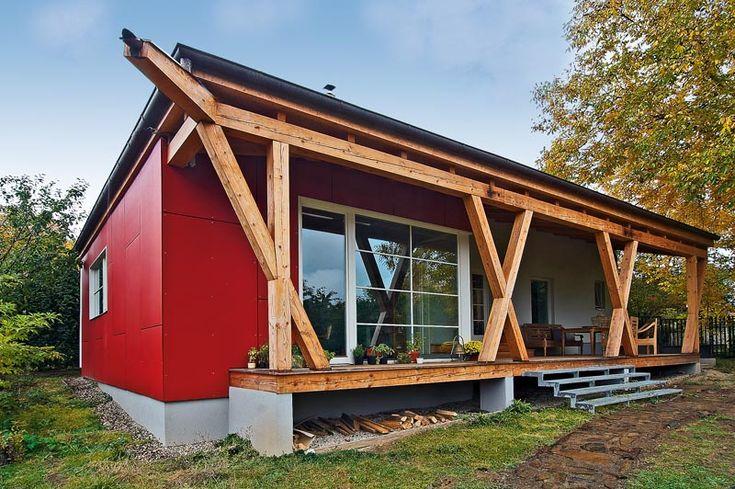 Pohledu na přistavěnou část dominují dřevěné podpěry ve tvaru X doplněné rohových chrličem. Prosklené plochy vdruhém plánu fasády jsou zase doplněné skutečnými, nikoli vlepenými horizontálními příčkami. Fasáda dřevostavby je obložena červenými cementovými deskami.