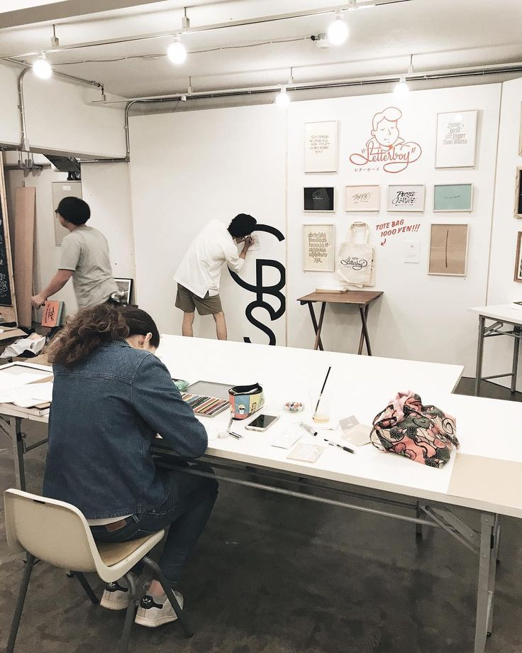 #hand_written_showcase behind the scene situation yesterday at @bird_daikanyama  So thrilled to see so many great artist exhibiting together and each have their own different world. Today is the first day of the exhibition! Come find me at 2F . . #calligraphystyling #veronicahalim #truffypi #japan #tokyo #daikanyama #handwritten #calligraphy #artexhibition #カリグラフィー #モダンカリグラフィー #カリグラフィースタイリング