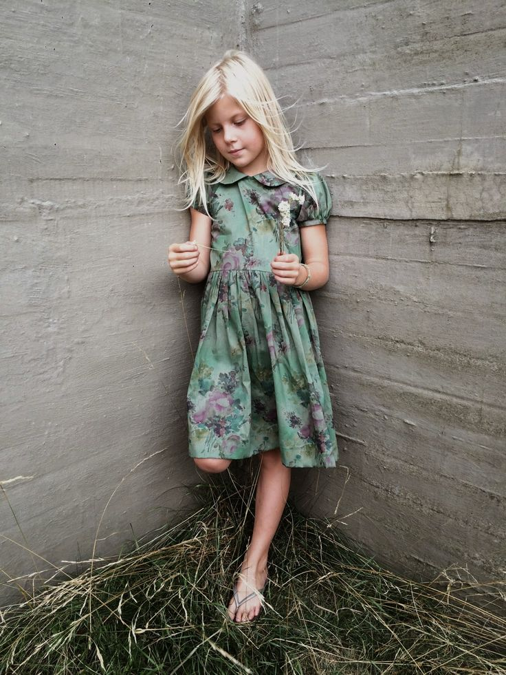 I just can't get enough of little girls in vintage dresses with peter pan collars