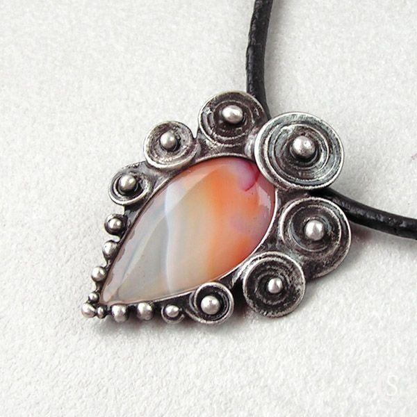"""Spirálky+-+Achát+Originální+Autorský+šperk+""""Srdce+ve+spirálkách+-+Růženín""""+POPIS:Ústředním+kamenem+v+tomto+šperku+je+plátek+Achátku+s+velice+pěknou+kresbou.+Kámen+je+hladký+s+viditelnou+strukturou+kamene,+najdete+v+něm+něžné+odstíny+v+barvách:+bílá,+bílá+průsvitná,+oranžová+až+meruňková+i+růžová.+Je+zdobený+spirálkami+a+cínovými+kuličkami.+Kámen..."""
