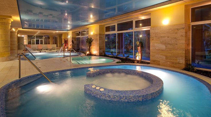 Chorros, tumbonas, jacuzzi en Thalasso Spa de hotel Elba Estepona