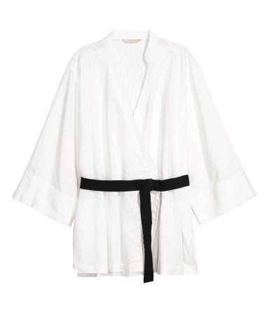 Vit. En omlottskjorta i luftig, strukturvävd bomullskvalitet. Skjortan har låg ståkrage och är v-ringad upptill. Vid, trekvartslång ärm och kontrastfärgat H&M