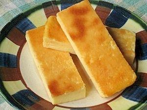 「混ぜて焼くだけ 濃厚スティックチーズケーキ」いつもは丸型で焼くのですが、角バットで焼いてスティック型に切り分けると、食べやすくて便利。【楽天レシピ】