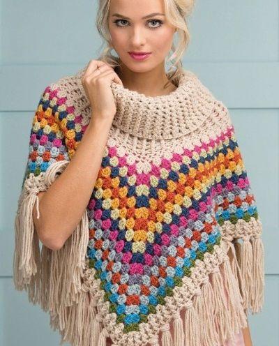 El poncho es una prenda muy confortable, con la ventaja de que uno se ahorra tejer las mangas y, más importante aún, que abriga una barbaridad. Claro que ofrece cierta versatilidad, pues puede real…
