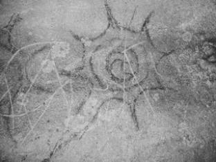 ASÍ SE VEÍA EL COSMOS HACE 6 MIL AÑOS.  Una serie de pinturas rupestres de 6 mil años de antigüedad, halladas por un grupo de investigadores de la Universidad de Tennessee, Knoxville (Estados Unidos), permiten descubrir de qué manera los habitantes de aquel pretérito mundo observaban la vida en la Tierra y en el cielo. Las pinturas, halladas en los montes Apalaches, muestran diversos cuerpos celestes, imágenes de la naturaleza y seres sobrenaturales.