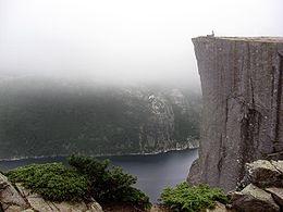 Прекестулен — гигантский утёс высотой 604 м над Люсе-фьордом (Lysefjord) напротив плато Кьераг (Kjerag) в коммуне Форсанн (Forsand), Норвегия.