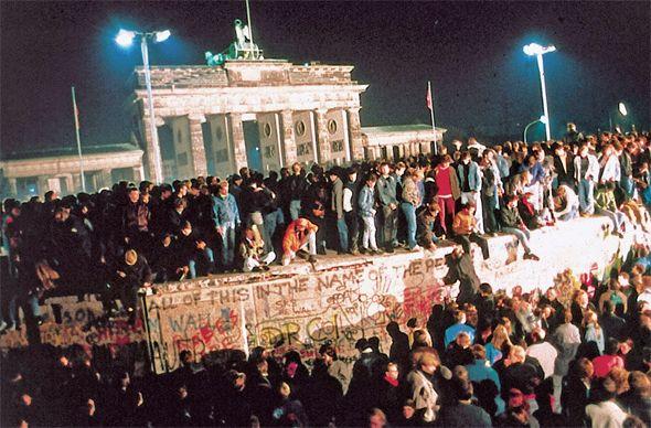 """""""우리가 인민이다!"""" [2014.11.03 제1034호] [이동기의 현대사 스틸컷] 동유럽 민주주의 혁명에서 동·서독 통일까지… 우리도 불만을 희망으로 키우면 '미친 일' 만들 수 있을까?"""