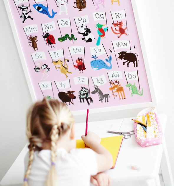 Låt tavlorna matcha inredningen.  Rosa ABC affisch med djur. www.barabokstaver.se