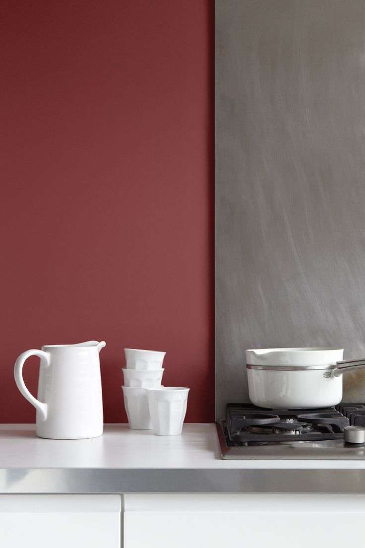 Un colore elegante e caldo, perfetto per le pareti della cucina, in contrasto con grigio e bianco #pantone #marsala #interiordesign