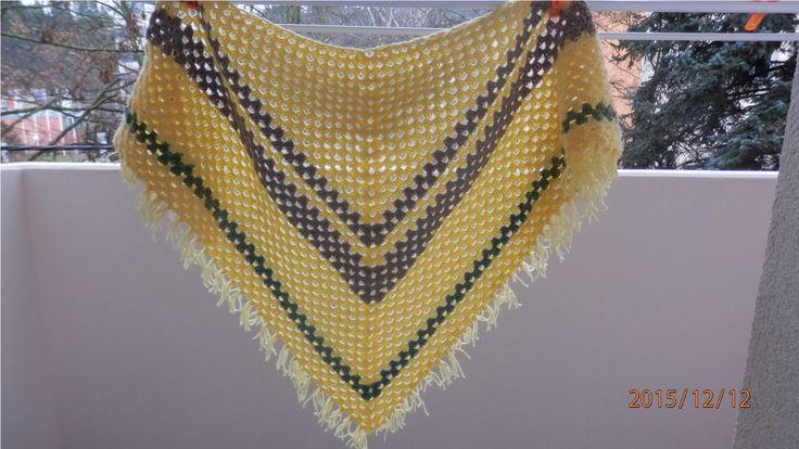 háčkovaný+šátek+Šátek+je+uháčkovaný+z+akrylové+příze,+nejdelší+strana+-+130+cm+délka+k+cípu+-+70+cm