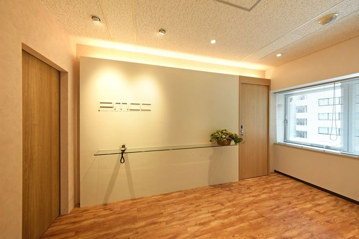 オフィスデザイン実績~淡いグリーンの壁が映えるウッディな銀座のおしゃれオフィス空間
