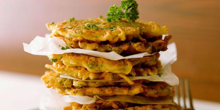 GALETTES DE PATATES AUX LARDONS (Pour 4 P : 600 g de pommes de terre à chair ferme • 1 oignon • 1 gousse d'ail • 150 g de lardons • 2 œufs • 1 c à s de farine • 4 c à s d'huile • muscade • sel, poivre)