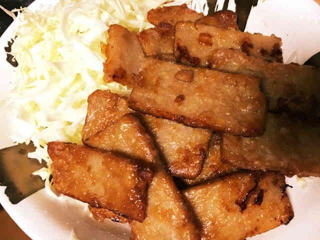 簡単ヘルシー ベジタリアンカルビ    お弁当や、丼、サンドイッチなど、色々と使えます。お肉を使うより、ヘルシーですし、満足するので是非試してみて下さい。 Iku_min    材料 (2、3人分) おからこんにゃく 1袋 醤油 大さじ4〜5 酒 大さじ1 ■ にんにく、生姜 ■ 片栗粉 作り方 1  ナチュラルハウスなど、自然食品店で買えます。こんにゃくより使いやすいです。 2  おからこんにゃくをカットし、のし棒などで少し形を崩す 3  醤油、酒、にんにく、生姜で下味をつける 4  片栗粉をまぶす 5  焼き色がつくまで揚げ焼きする。 こんがりしたら、余ったタレを回し入れ照りを出す。これをしないと味が薄くなる。 6  完成  いつもお弁当にも入れます。 コツ・ポイント レシピの生い立ち お肉の代わりとして、大豆ミート以外で使いたかったのでおからこんにゃくを使いました。