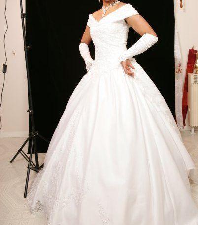 Robe de mariée avec accessoires et longue traine d'occasion à Chamant
