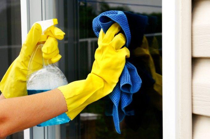 Hoe krijg je de ramen nou echt streeploos schoon? Het moet af en toe gebeuren ook al hebben de meeste mensen er een grondige he...
