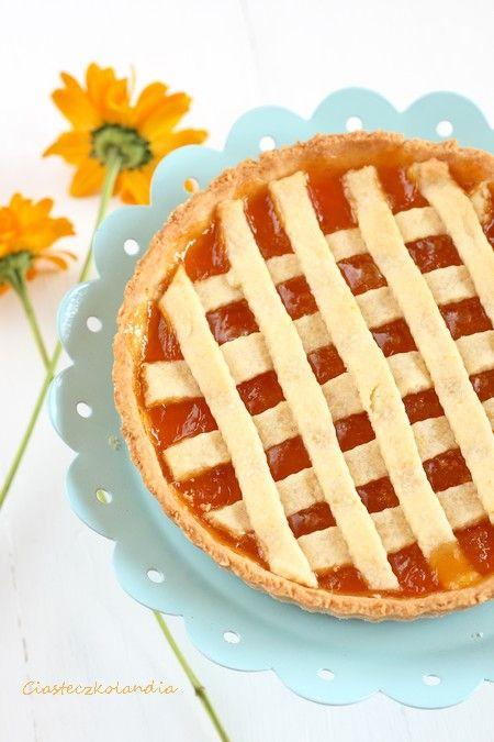Kruche ciasto ze słodkich, morelowym nadzieniem z dżemu z charakterystyczną ozdobą kratką pokrywającą całość.