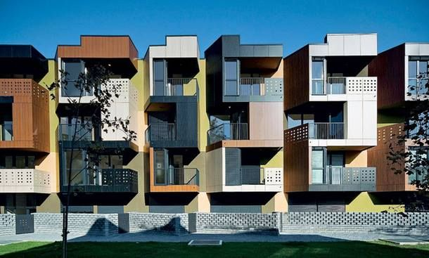 """Tetris apartments, Любляна, Ofis arhitekti  Это словенское архбюро часто строит социальное жилье, но """"Тетрис"""" оказался самым удачным. Словенский домостроительный фонд даже решил сделать этот проект типовым. Развернутые под углом 30˚ балконы 650-квартирного здания защищают жильцов от шума расположенной неподалеку дороги. А еще придают ему необычный вид, напоминающий игру """"Тетрис"""", которая и дала дому название."""