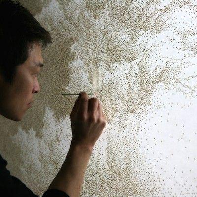 Jihyun Park est un artiste coréen très proche de la nature. Dans sa série baptisée « Encens » Jihyun utilise une technique bien à lui pour concevoir des oeuvres au réalisme presque parfait.  La technique utilisée par l'artiste est de bruler finement le papier de riz qui lui sert de toile à l'aide d'un bâton d'encens incandescent. Les trous ainsi créés forment le sujet et une fois vernies, ces oeuvres jouent habilement avec les jeux de lumière et de transparence.