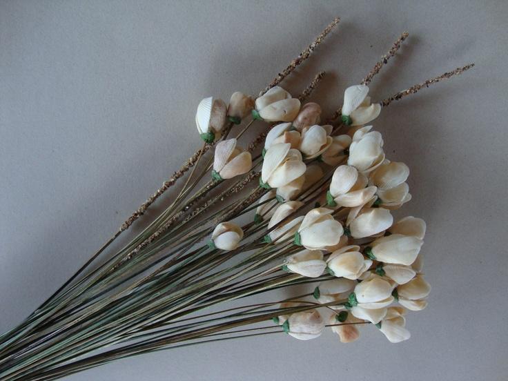 Um buquê com 4 (quatro) dúzias de Flores de Conchas, onde as mesmas são produzidas com conchas em cores naturais, sua haste em talos de coqueiros, caramujos e acabamento com massa de porcelana fria....