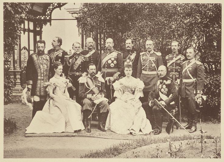 Representantes da Grã-Bretanha presentes na coroação de Nicolau II, Imperador da Rússia. Eles estão reunidos em um jardim com quatro pessoas sentadas. Príncipe Arthur, duque de Connaught e Strathearn está sentado para a extrema direita com a Princesa Margaret Louise, Duquesa de Connaught sentada ao lado dele para a esquerda. Há uma fileira de homens usando uniforme militar cerimonial de pé atrás deles.  A coroação de Nicolau II, Imperador da Rússia foi realizada no Kremlin em 14 de Maio de…