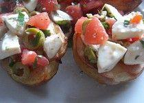 Pečené brambory s rajčaty, olivami a mozzarellou