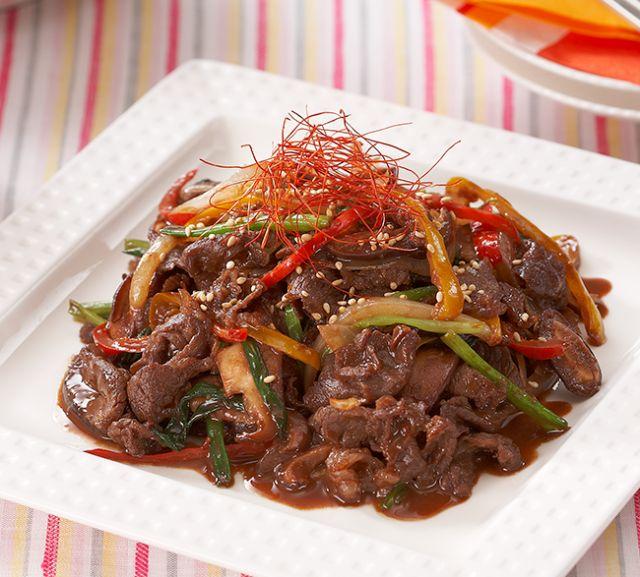 韓国料理にガーナをプラス。にんにくと豆板醤、ガーナをあわせたタレに、たっぷりの野菜と牛肉をさっとからめてフライパンで焼くだけ。甘辛いタレがごはんに合うボリュームおかずのできあがり☆