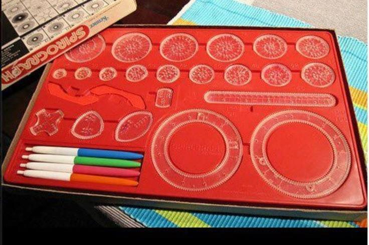 Spirograph was ik uren zoet mee!!! Er zat een kurkmat bij, daarop legde je een vel papier. Dan koos je een ring, deze werden met pinnetjes vastgezet. Dan nam je een rondje dat met de tandwielen in de binnenkant van de ring paste. In het rondje zaten gaatjes, hierin stak je de punt van een pen en begon je met ronddraaien. Door steeds andere kleuren pen te gebruiken, andere gaatjes in het rondje te kiezen en andere maten rondjes, kon je mooie figuren maken!