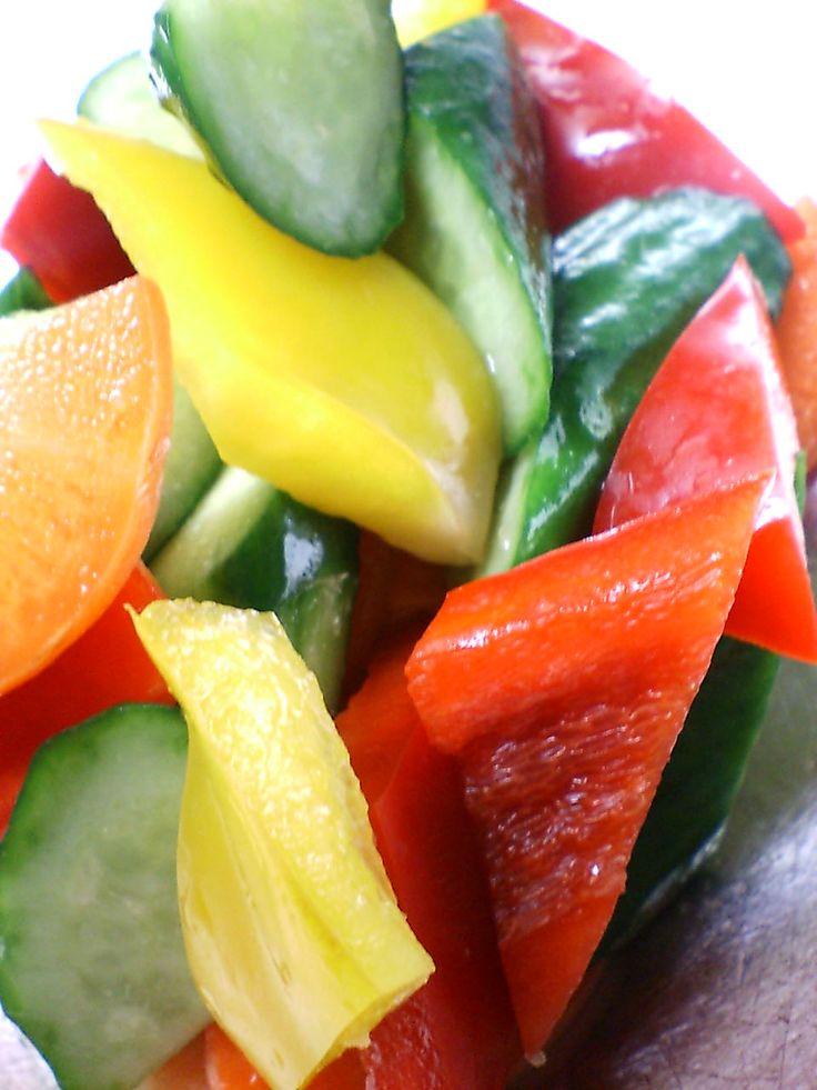 和風ピクルス | 胡瓜、パプリカ、人参、生姜に天日塩を振り、軽く揉む。馴染んだら胡麻油で炒めて一味、玄米酢、醤油で味付けして急冷する。