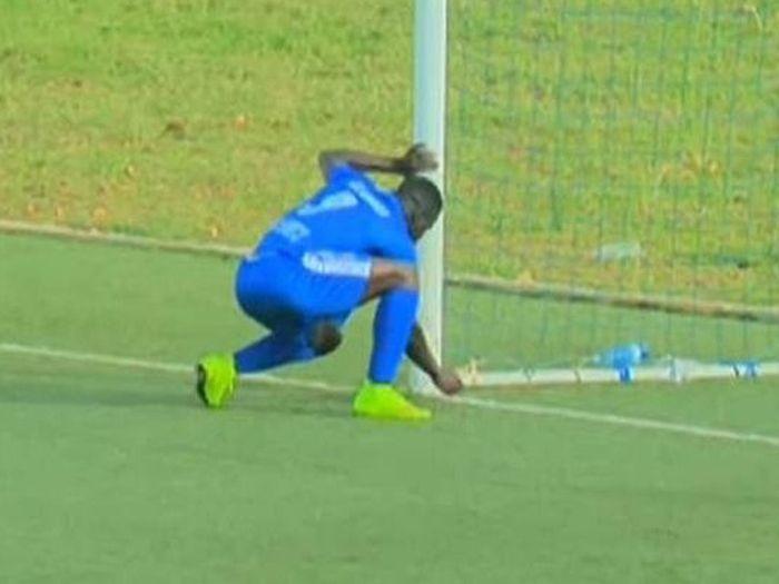 Buat benda pelik di gawang gol lawan pemain bola sepak ini dituduh amal ilmu hitam   GARA-gara berkelakuan mencurigakan di gawang gol pasukan lawan seorang pemain bola sepak di Afrika Selatan dituduh mengamalkan ilmu hitam.  Buat benda pelik di gawang gol lawan pemain bola sepak ini dituduh amal ilmu hitam  Moussa Camara penyerang pasukan Rayon Sports dikatakan berkelakuan sedemikian ketika berlawandengan pasukanMukura Victorydalam Liga Rwanda baru-baru ini.  Aksi Camara yang dilihat…