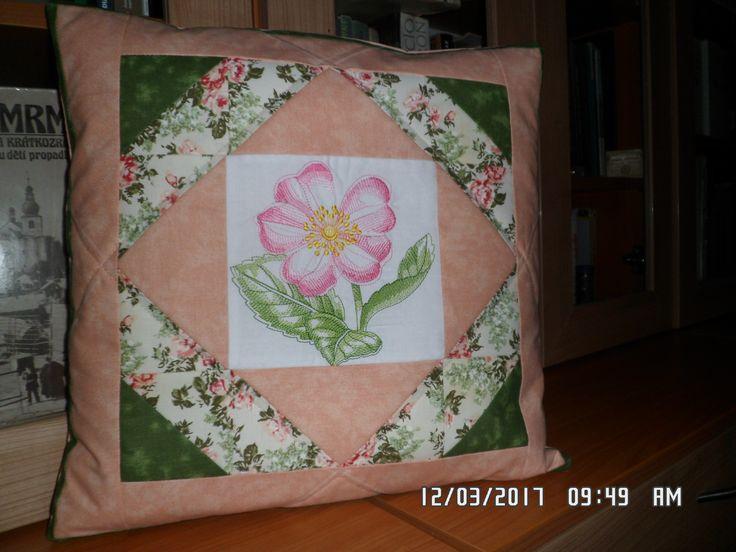 Polštář se středovou výšivkou - 40 x 40 cm