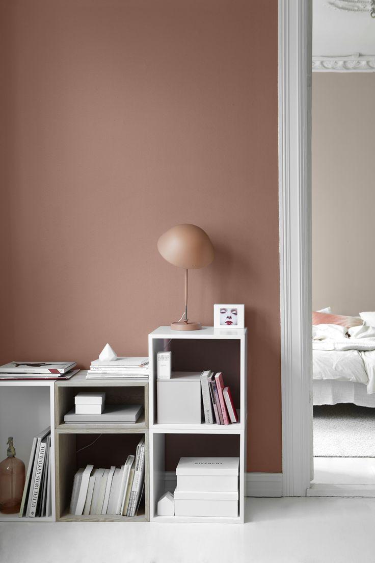 2856 Warm Blush är en superbehaglig färgnyans som ger värme till rummet. Matchar fint till 10580 Soft Skin som skymtas i sovrummet bakom.