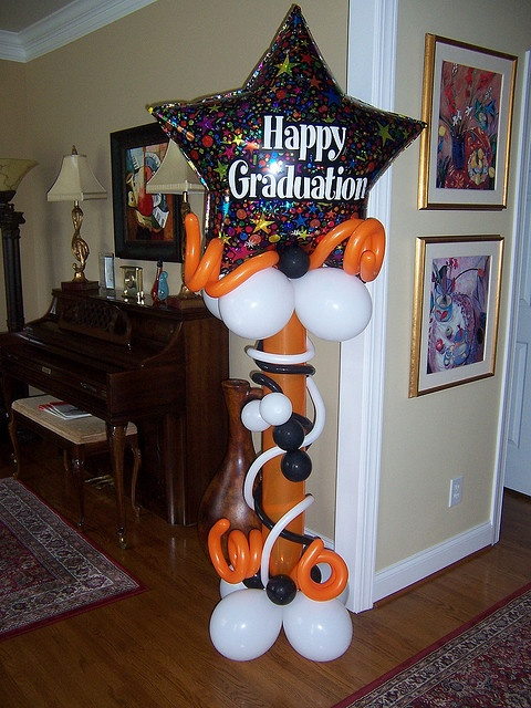 17 best images about graduation decorations on pinterest for Balloon decoration ideas for graduation