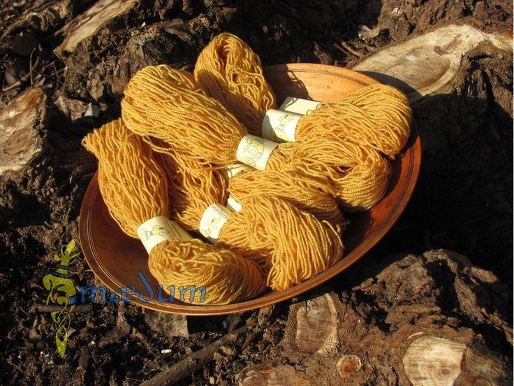 Gelbes pflanzengefärbtes Wollstickgarn von Maedum auf DaWanda.com