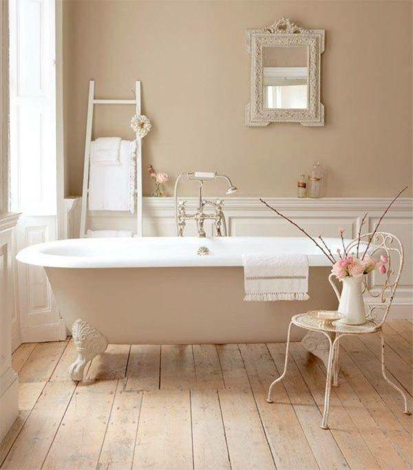 salle de bain avec des meubles shabby chic