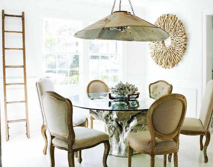 60+ идей кухонных столов: разнообразие форм, цветов, материалов http://happymodern.ru/kukhonnye-stolu/ Круглый стеклянный стол закрепленный на цельном срубе окрашенном в серебряный цвет Смотри больше http://happymodern.ru/kukhonnye-stolu/
