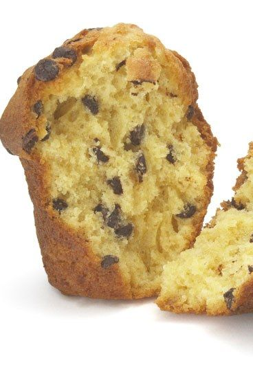 Muffins mit Schokostücken - 10 Muffin Rezepte - Ein echter Muffin-Klassiker und der Hit bei Kindern. Die Schokostückchen können dabei fast nicht groß genug sein ... Für zwölf Muffins mit Schokostücken brauchen Sie...