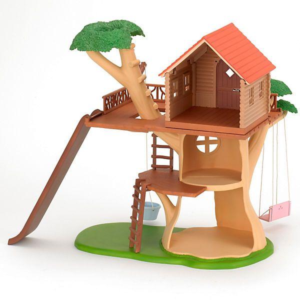 Im lichten Wald um das Sylvanian Village herum steht ein ganz besonderer Baum, der die Fantasie beflügelt und zum Spielen einlädt. Die Kinder krabbeln in den Kletterbaum, schaukeln und schicken sich Nachrichten mit dem Flaschenzug oder sausen die Riesenrutsche hinunter. Die Eltern gucken von der Terrasse aus zu. Wer müde ist, der kann sich in der abnehmbaren Hütte oben in der Baumkrone ausruhen. Das Baumhaus ist Schlafplatz für mutige Urlauber und Abenteuerspielplatz in einem.<br /&gt...