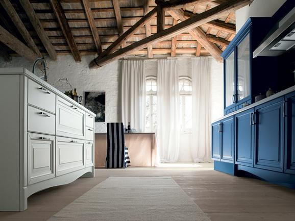 Cucina a parete color blu con isola bianca: particolare.