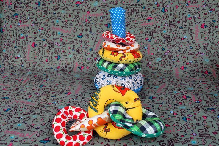 Torre de Hanói. Brinquedo educativo 2 em 1 para crianças de até 3 anos. As argolas podem ser empilhadas ou entrelaçadas como na foto. Tecido 100% algodão. Estofamento antialérgico.