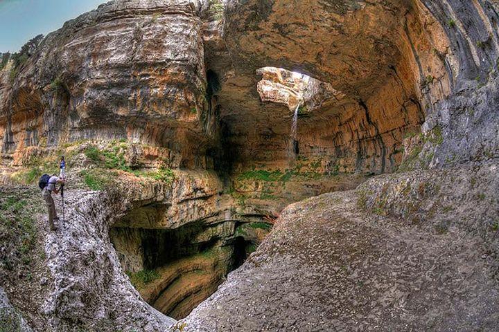 レバノンにある地表から地下へ流れ落ちる奇跡の滝『バータラ峡谷の滝』 | wondertrip