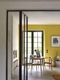 zwarte kozijnen, gele wand