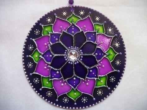 Mandala Móbile em vidro, diâmetro 15cm, técnica pintura vitral. Decorada com pedras e bolinhas em acrílico, com suporte de nylon e argola segura para pendurar, finalizada com verniz impermeabilizante que impede o desbotamento do tempo. Embalada em caixa de papelão, protege e é ideal para presente.   MANDALA LÓTUS VIOLETA: Esta mandala contém o poder transmutador e transformador da Chama violeta do 7º Raio da Fraternidade Branca (Energia Divina). Limpa energias densas e mal qualificadas, t