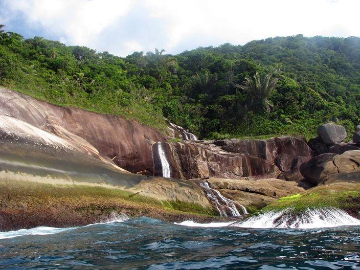 Στη Βραζιλία, η πόλη Paraty αποτελεί δημοφιλή τουριστικό προορισμό. Βρίσκεται στον κόλπο Ilha Grande, που φημίζεται για τα τροπικά δάση, τα βουνά, τις παραλίες και τους καταρράκτες. Ένας από αυτούς είναι ο καταρράκτης Saco Bravo.  Brazil
