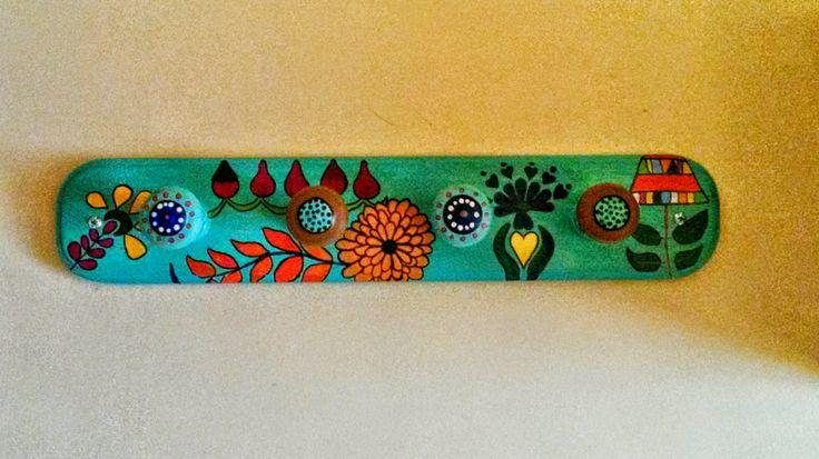 Perchero de madera pintado flores mis creaciones - Percheros de madera ...
