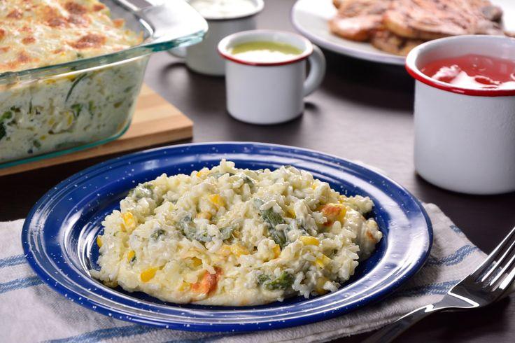 Prepara este delicioso arroz horneado mezclado con chile poblano, elotitos queso Oaxaca y queso crema. Será imposible resistirte a probarlo por su cremosito sabor, es el platillo ideal para la hora de la comida.